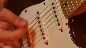 De Halskoorden van gitaristtouches electric guitar in Nachtbar stock footage