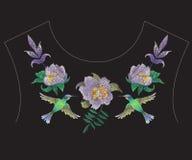 De halslijnpatroon van de borduurwerkmanier met exotische bloemen en humm Stock Afbeelding