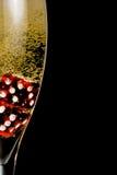 De halve champagnefluit met gouden fijne bellen en het rood dobbelen Royalty-vrije Stock Foto's
