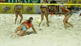 De halve finale van het volleyballVrouwen van het strand Stock Foto