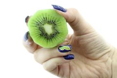 De halve kiwi van de handholding Stock Fotografie