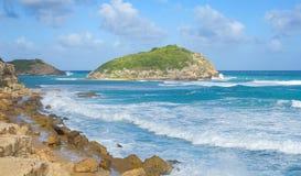 De halve kust van de Atlantische Oceaan van de Maanbaai - Caraïbisch tropisch eiland - Antigua en Barbuda stock afbeeldingen