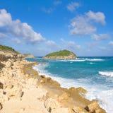De halve kust van de Atlantische Oceaan van de Maanbaai - Caraïbisch tropisch eiland - Antigua en Barbuda royalty-vrije stock afbeeldingen