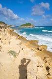 De halve kust van de Atlantische Oceaan van de Maanbaai - Caraïbisch tropisch eiland - Antigua en Barbuda royalty-vrije stock afbeelding