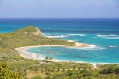 De halve kust van de Atlantische Oceaan van de Maanbaai - Caraïbisch tropisch eiland - Antigua en Barbuda stock afbeelding