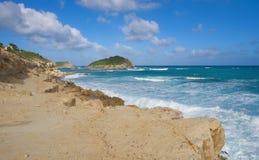 De halve kust van de Atlantische Oceaan van de Maanbaai - Caraïbisch tropisch eiland - Antigua en Barbuda royalty-vrije stock fotografie