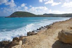 De halve kust van de Atlantische Oceaan van de Maanbaai - Caraïbisch tropisch eiland - Antigua en Barbuda stock foto