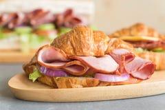 de ham van de croissantsandwich Stock Foto's