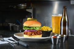 De hamburger en het bier van het rundvleesborststuk Stock Foto's