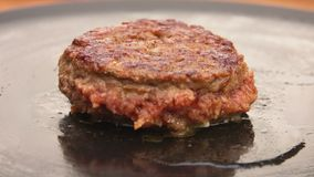De hamburger kookt op een steengrill