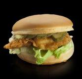 Hamburger op een zwarte achtergrond Royalty-vrije Stock Afbeelding