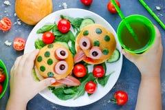 De hamburger van de pretkikker met met groenten voor jonge geitjes Stock Afbeeldingen