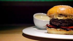 De hamburger van het rundvlees met gebraden gerechten stock footage