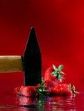 De hamer, aardbeien Stock Foto's
