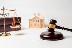 De hamer, boeken, schalen van rechtvaardigheid met huis modelleert voor advocaat cour stock fotografie