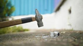 De hamer breekt ter plaatse gloeilamp in langzame motie stock footage