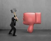 De hamer die van de zakenmanholding afkeerduim neer raken royalty-vrije stock afbeelding