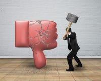 De hamer die van de zakenmanholding afkeerduim onderaan teken raken met royalty-vrije illustratie