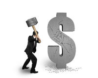 De hamer die van de zakenmanholding gebarsten geïsoleerd dollarteken raken royalty-vrije stock afbeelding