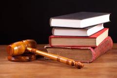 De hamer en de boeken van de rechter Royalty-vrije Stock Foto's