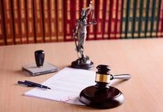 De hamer en de oordeel voor het gerecht bibliotheek royalty-vrije stock afbeeldingen