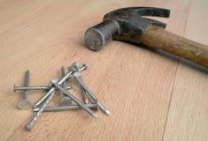 De hamer en de spijkers sluiten omhoog Royalty-vrije Stock Afbeeldingen