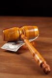 De hamer en het geld van de rechter Stock Foto