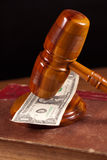 De hamer en het geld van de rechter Stock Afbeeldingen