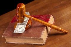 De hamer en het geld van de rechter Royalty-vrije Stock Afbeelding