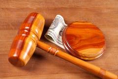 De hamer en het geld van de rechter Royalty-vrije Stock Afbeeldingen