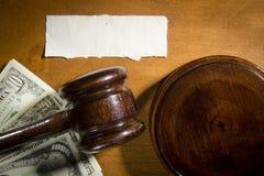 De hamer en het geld van de rechter royalty-vrije stock fotografie