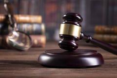 De hamer en de wetsboeken van de houten rechter met het behandelen van wetten, wettelijke kwesties, of gevallen royalty-vrije stock foto