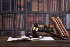 De hamer en de wetsboeken van de houten rechter met het behandelen van wetten, wettelijke kwesties, of gevallen stock afbeeldingen