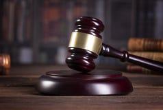 De hamer en de wetsboeken van de houten rechter met het behandelen van wetten, wettelijke kwesties, of gevallen royalty-vrije stock fotografie
