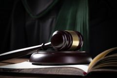 De hamer en de wetsboeken van de houten rechter met het behandelen van wetten, wettelijke kwesties, of gevallen royalty-vrije stock afbeeldingen