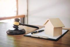 De hamer op klinkend blok bij rechtszaal voor beslist huisverzekering, stock foto's