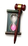 De hamer van de rechter en zandglas Stock Afbeelding