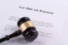 De hamer van de rechter - het symbool van wet op testament stock afbeeldingen
