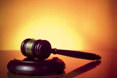 De hamer van de rechter op oranje achtergrond royalty-vrije stock afbeeldingen