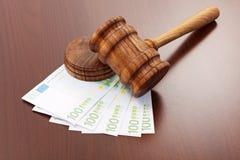 De hamer van de rechtvaardigheid op euro bankbiljetten royalty-vrije stock foto's