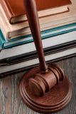 De hamer van de rechter en weinig boeken stock afbeelding