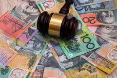 De hamer van de rechter op Australische dollars, rechtvaardigheidsconcept stock foto