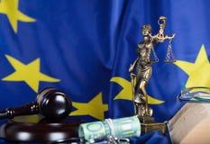 De hamer van de rechter op de EU-vlag stock afbeeldingen