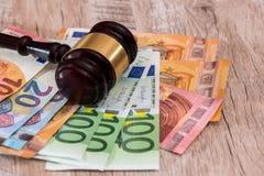 De hamer van de rechter op euro bankbiljetten royalty-vrije stock fotografie
