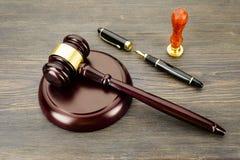 De hamer van de rechter, vulpen en een zegel op een oude houten lijst royalty-vrije stock afbeelding