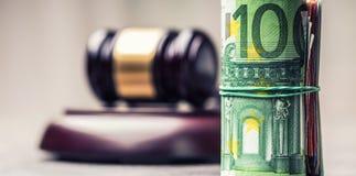 De hamerhamer van de rechter Rechtvaardigheid en euro geld Euro munt Hof hamer en gerolde Euro bankbiljetten Stock Foto's