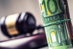 De hamerhamer van de rechter Rechtvaardigheid en euro geld Euro munt Hof hamer en gerolde Euro bankbiljetten Royalty-vrije Stock Fotografie