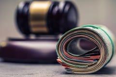 De hamerhamer van de rechter Rechtvaardigheid en euro geld Euro munt Hof hamer en gerolde Euro bankbiljetten Stock Afbeeldingen
