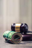 De hamerhamer van de rechter Rechtvaardigheid en euro geld Euro munt Hof hamer en gerolde Euro bankbiljetten Royalty-vrije Stock Afbeeldingen