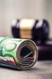 De hamerhamer van de rechter Rechtvaardigheid en euro geld Euro munt Hof hamer en gerolde Euro bankbiljetten Stock Fotografie